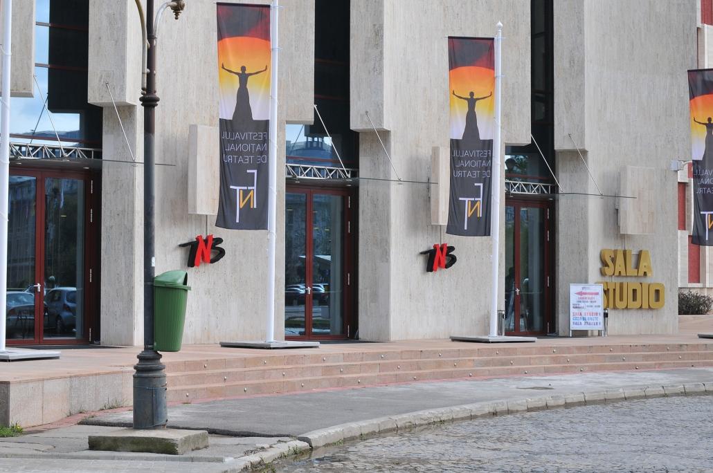 Teatrul National, motoare usi batante